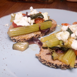 Tostadas con apio al horno, tomates cherry y queso de oveja