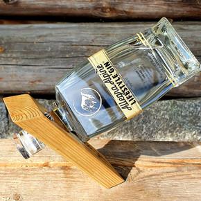 Allegra Alpine Lifestyle Gin freudig im handgefertigtem Kickstand.