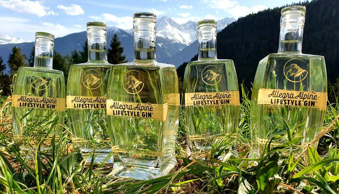 Allegra Alpine Lifestyle Gin freudig beim Sonne genießen.