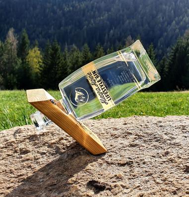 Allegra Alpine Lifestyle Gin voller Freude im handgefertigtem Kickstand.