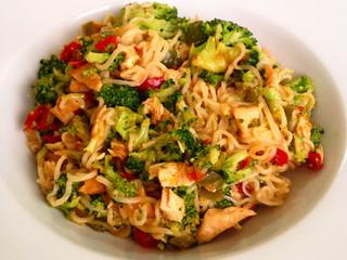 RECETA: Noodles con pollo y verduras