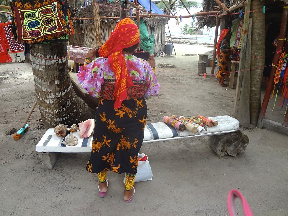 民芸品を販売するクナ族の女性