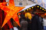 beleuchteter Stern an einem Marktstand