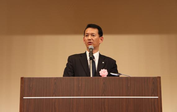 開会を宣言する石野会長