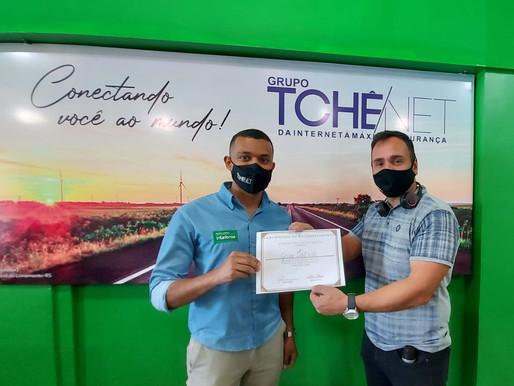 Grupo TchêNet recebe certificado de reconhecimento da Frason Studio Live