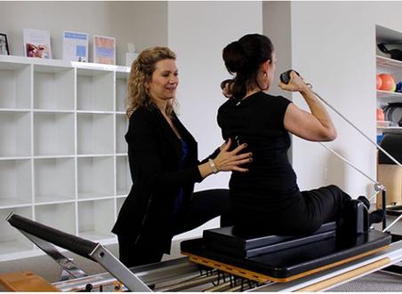 Ejercicios terapéuticos basados en Pilates para la hipercifosis.