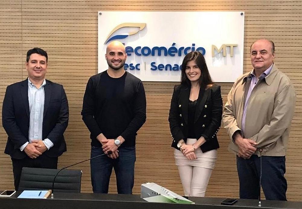 Da esquerda para a direita: Igor Cunha e Paulo Esteves, respectivamente, diretor e presidente da Acomac - MT; Daniele Alonso, diretoria de Relações Internacionais da Anamaco e José Wenceslau de Souza Júnior, Presidente do Sindcomac - MT.