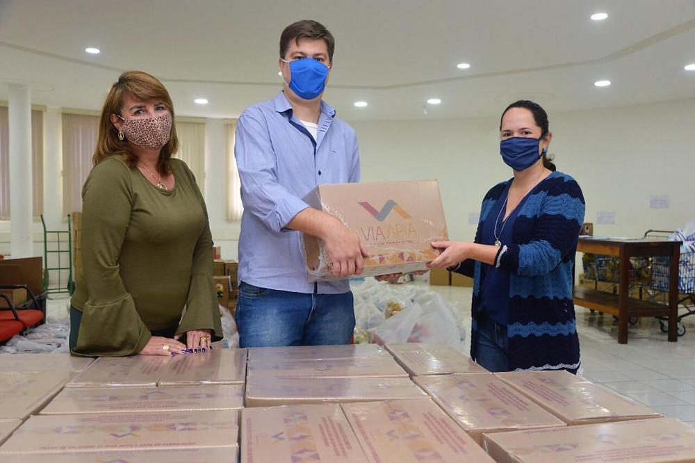 Da esquerda para a direita, Rita Marcia Grisotti e Carlos Eduardo Favaro, respectivamente gerente executiva e presidente da Acomac Jundiaí e região (SP), acompanhados por Vanessa Machado, diretora do Fundo Social de Solidariedade de Jundiaí.