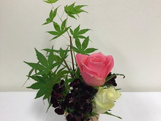 カップ生け花:季節の花で
