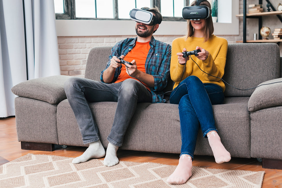 smiling-young-couple-wearing-the-virtual
