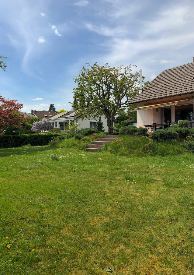 Genießen Sie die Sonne in unserem traumhaften Garten. Hier finden Sie genügend Platz zum Spielen.