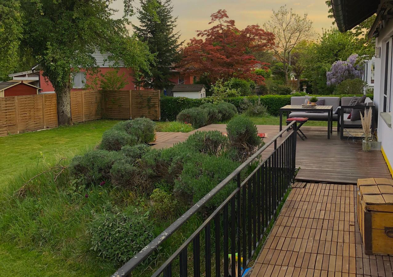 Während Sie die Sonne genießen, können sich die Kinder im Garten austoben.