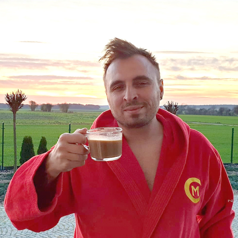 Czadoman w szlafroku z kawą
