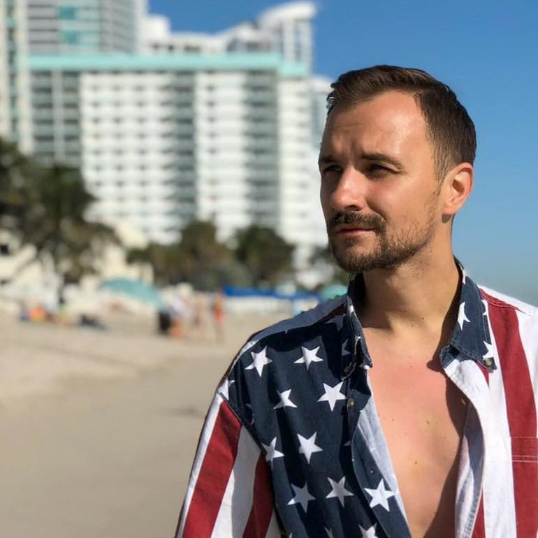 """Maciek Smoliński w nowej wersji """"Na Rudo"""", w koszuli we flagę USA"""