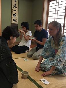 exchange students to Hirosima enjoy the tea ceremony