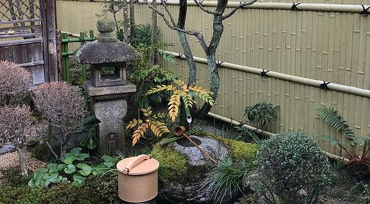 茶庭の蹲いつくばい冬湯桶