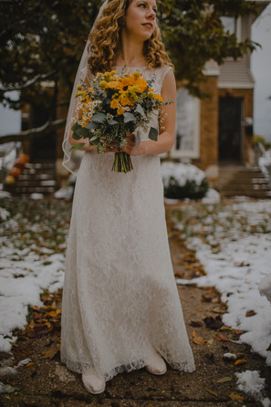 A close up of a bride holding a bouquet in a Milwaukee neighborhood