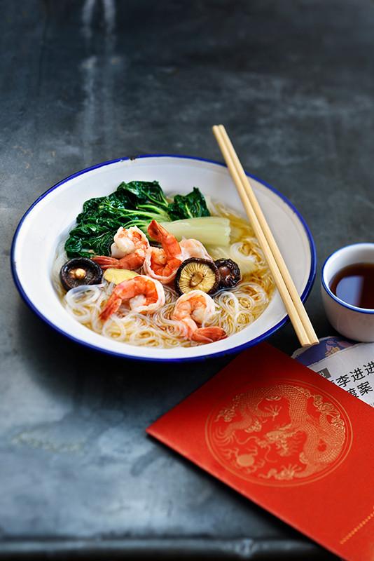 soupe aux vermicelles de riz, crevettes et pak choi