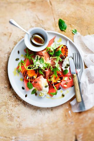 salade d'abricots rotis, speck, pastèque et buratta
