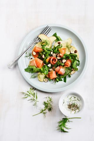 saladesalade d'épinards, truite fumée, pomme et noisettes