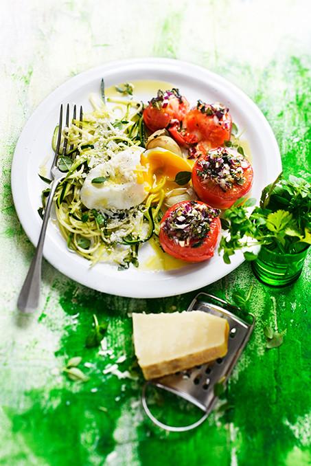 Tomates - tomates provençales et spaghettis de courgette, oeuf poché et parmesan