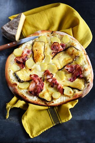 pizza montagnarde à la crème fraîche, pommes de terre, jambon cru et saint nectaire