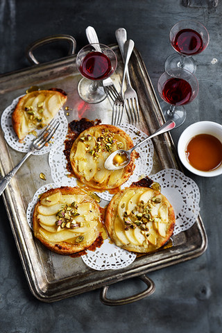 tartelettes fines aux poires, miel et pistaches