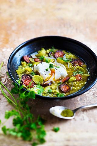 soupe de pois cassés, chorizo, poireaux et œuf poché