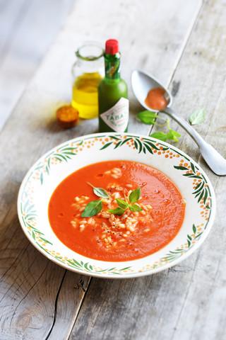 soupe de tomate au riz orzo, piment et basilic