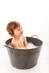 baby boy in bath tub during cake smash photography session with Rachel Fairfield Photography