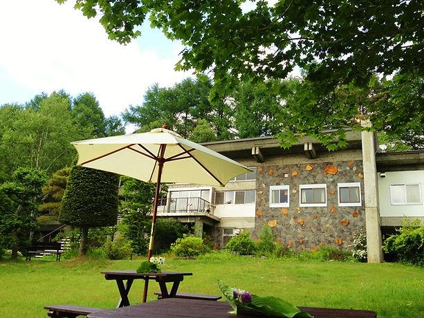 庭から見たホテルの景色