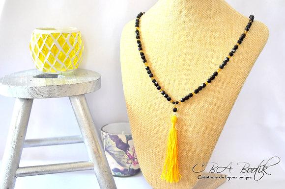 Sautoir perles de facettes et pompon jaune