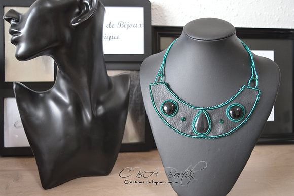Collier brodé noir et vert émeraude