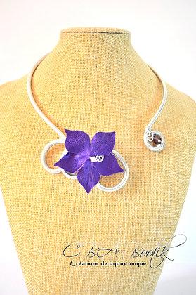 Collier en aluminium argenté fleur violet