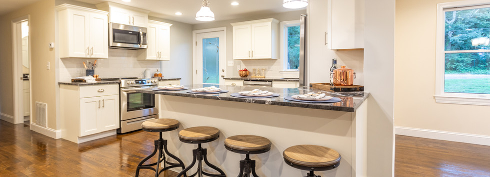 Fully Updated Kitchen with Breakfast Peninsula