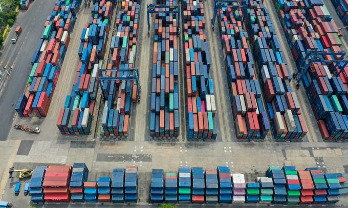 Aumento della richiesta di beni vietnamiti da parte dei mercati statunitensi e europei in alternativa alle merci cinesi.