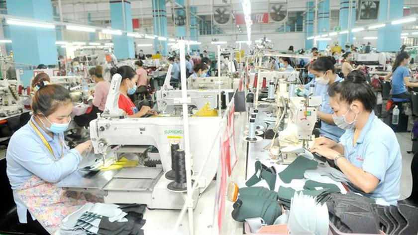 Personale al lavoro in un'industria di calzature in Vietnam