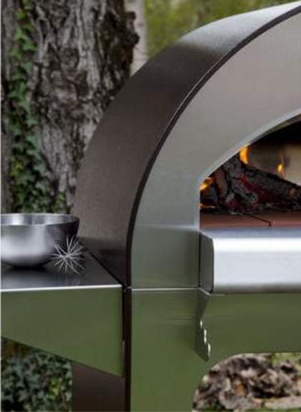 Cuando el horno 4 Pizze llega a casa, es suficiente introducir el conducto de salida de humos, montar con pocos tornillos las repisas laterales y comenzar a disfrutar de la cocina.