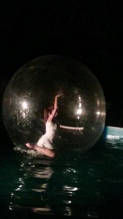 Ballerina dentro la sfera