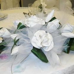 centro tavola con tulle, fiori di palloncinie foglie