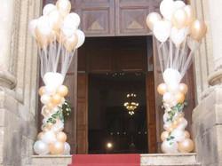 colonne con ciuffi di palloncini ad elio