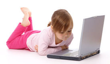 niña-con-la-computadora-portátil-1747871