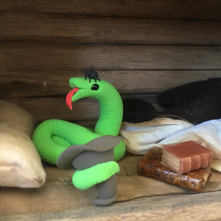 slang met spin onder hoed