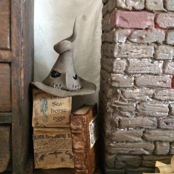 hoed op dozen met boek