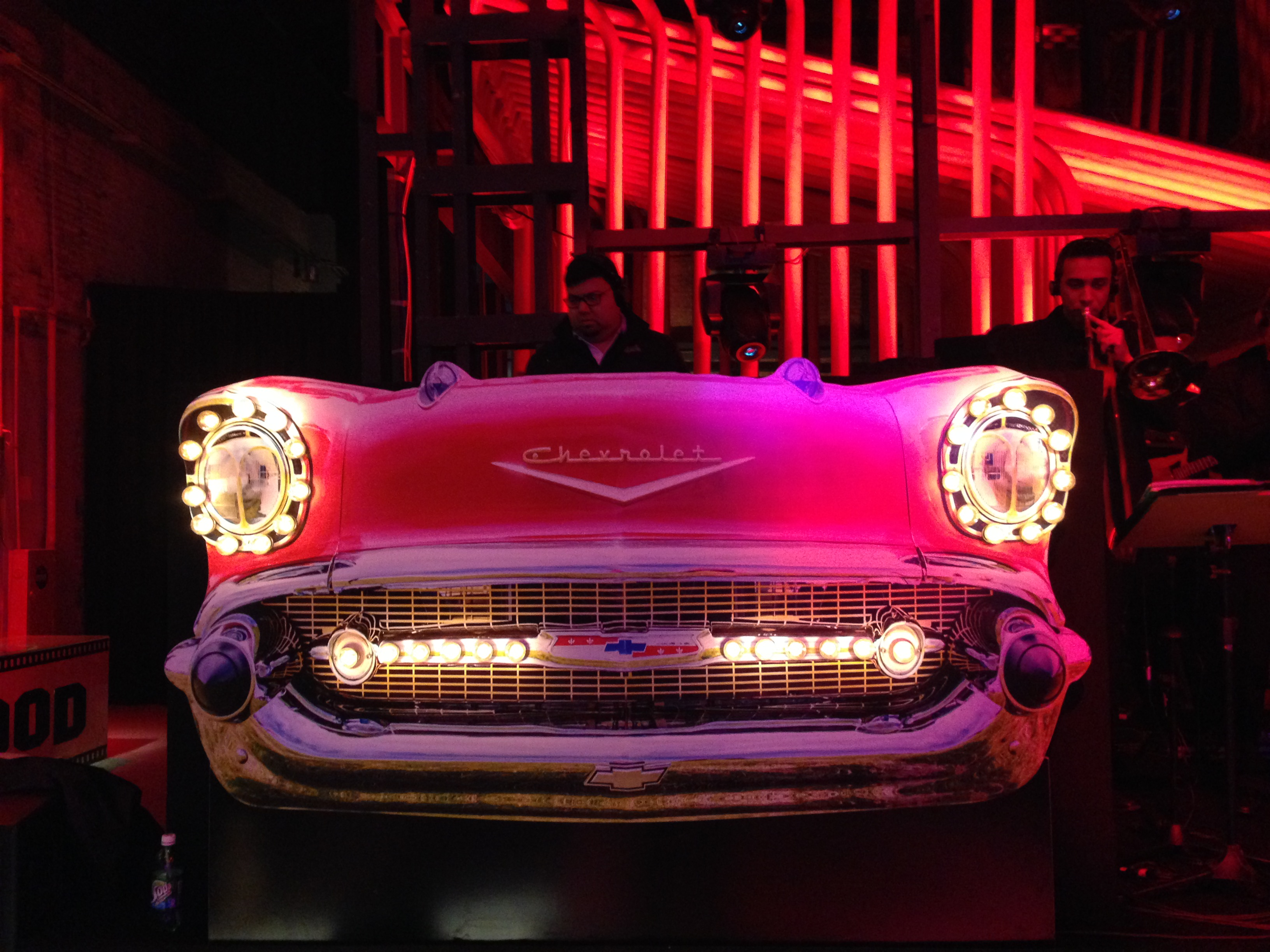 Carro recortado em MDF com luzes
