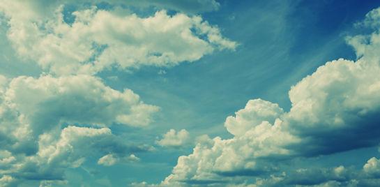 Nuvens macias brancas