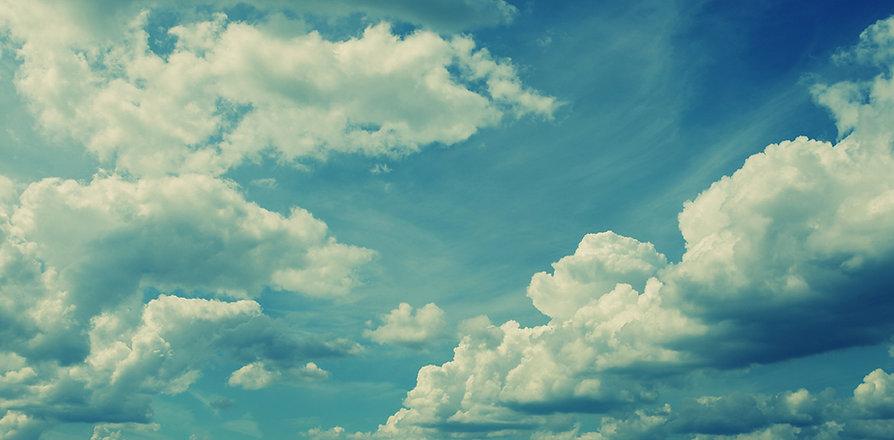 Fluffy hvite skyer