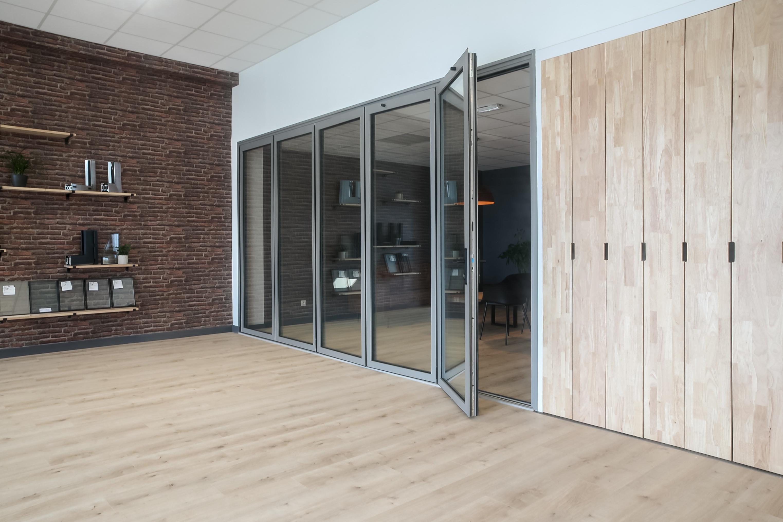 porte repliable aluminium TY ALU showroom semi-fermée