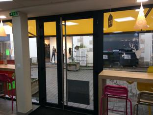 Porte lourde magasin MIE CALINE menuiser