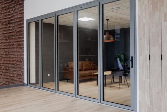 porte repliable showroom TY.ALU menuiserie aluminium fabricant Morbihan Bretagne fermée